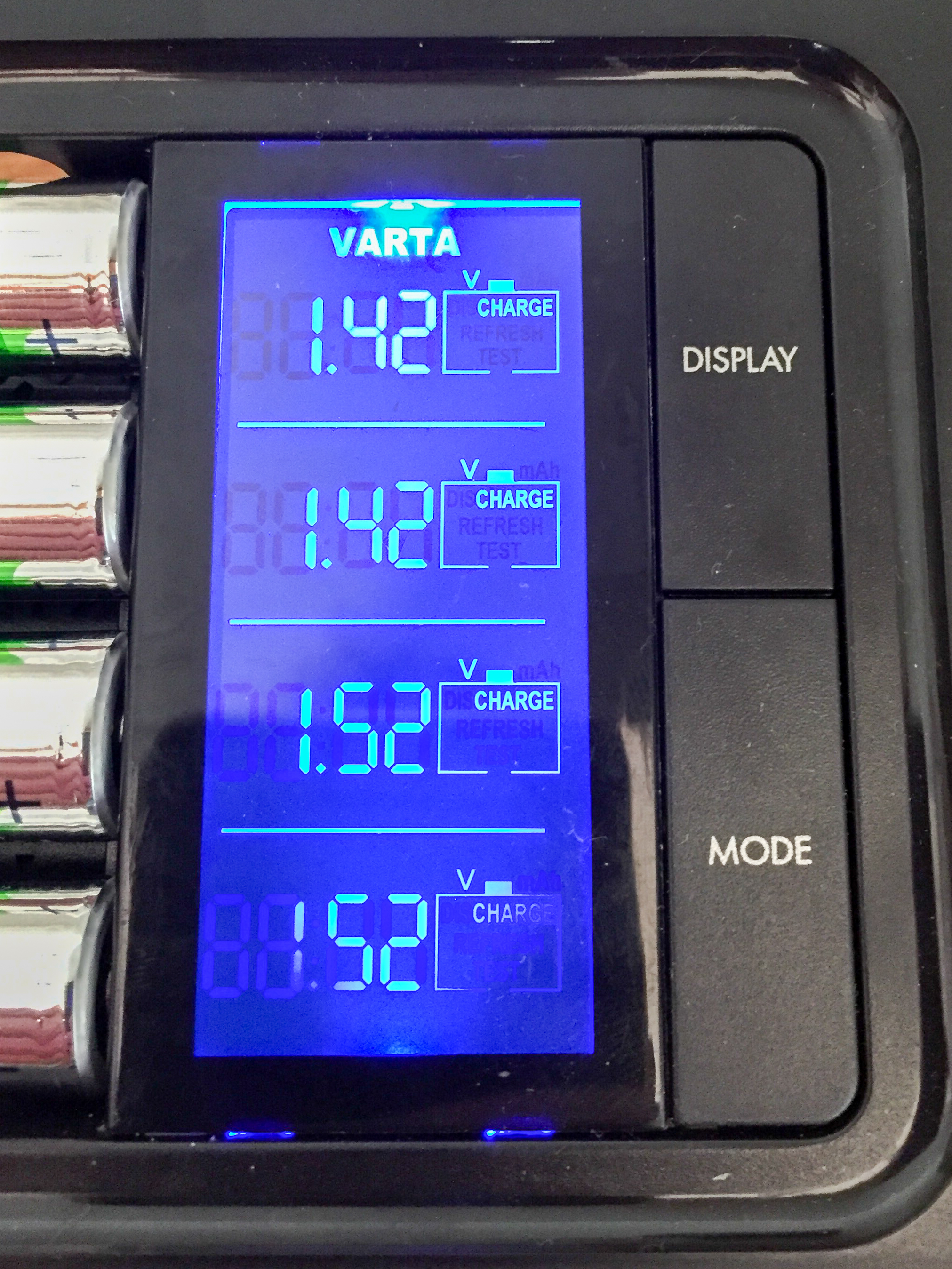 Varta 57285 Charger LCD Voltage View